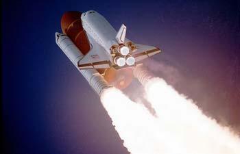 Atlantisduringlaunchphase,showingbothsolid(SRBs)andliquidfueled(Shuttle)rocketenginesinuse.