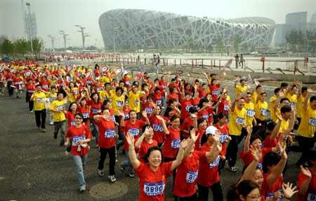 Beijingconductedabigmarathonrelaytomarkthe100-daycountdownofthecomingOlympicGamesonWednesday.(XinhuaPhoto)