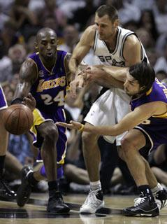 Los Angeles Lakers' Kobe Bryant (L) and Sasha Vujacic (R) fight for the loose ball with San Antonio Spurs' Brent Barry during Game 4 of their NBA Western Conference final basketball playoff series in San Antonio, Texas May 27, 2008.(Xinhua/Reuters file Photo)