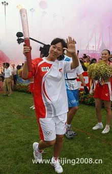 The first torchbearer Qian Hong started the relay in Tangshan Sports Center at 8:10 am.