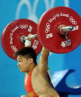 Long Qingquan of China takes a lift at the men's 56kg final of weightlifting at Beijing 2008 Olympic Games in Beijing, China, Aug. 10, 2008. Long claimed title in this event. (Xinhua/Yang Lei)
