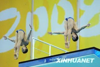 Chinese Lin Yue and Huo Liang scored 468.18 points to win the men's 10m synchronized diving gold medal