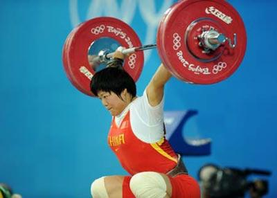 Liu Chunhong of China takes a snatch lift during the women's 69kg final of weightlifting at Beijing 2008 Olympic Games in Beijing, China, Aug. 13, 2008. Liu set a new world record in snatch lift with 128 kilos.(Xinhua Photo/Yang Lei)