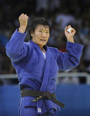 Yang Xiuli (blue) of China celebrates victory over Yalennis Castillo of Cuba during the Women 78 kg gold medal contest of the Beijing 2008 Olympic Games judo event in Beijing, China, Aug. 14, 2008. Yang Xiuli won the contest and claimed the gold. (Xinhua Photo)