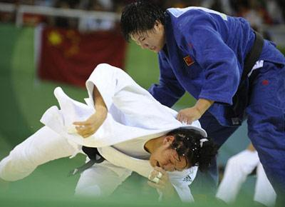 Yang Xiuli (blue) of China fights against Yalennis Castillo of Cuba during the Women 78 kg gold medal contest of the Beijing 2008 Olympic Games judo event in Beijing, China, Aug. 14, 2008. Yang Xiuli won the contest and claimed the gold. (Xinhua/Wu Xiaoling)