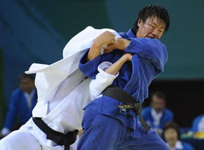 Yang Xiuli (blue) of China fights against Yalennis Castillo of Cuba during the Women 78 kg gold medal contest of the Beijing 2008 Olympic Games judo event in Beijing, China, Aug. 14, 2008. Yang Xiuli won the contest and claimed the gold. (Xinhua/Zhao Peng)