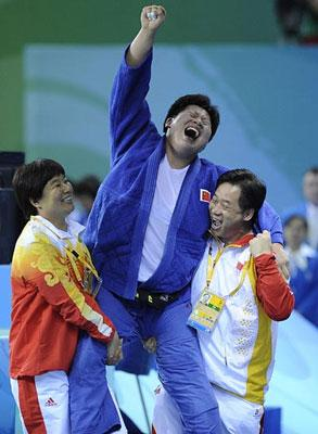 Tong Wen (C) celebrates after Women +78kg Gold Medal Contest. (Photo credit: Wu Xiaoling/Xinhua)