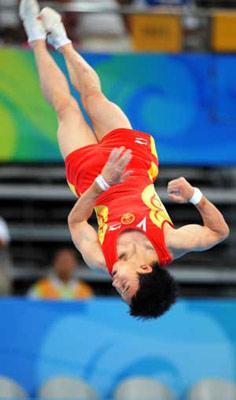 China'sZouKaiperformsonthefloorduringthemen'sapparatusfinalofBeijing2008OlympicGamesatNationalIndoorStadiuminBeijing,China,Aug.17,2008.(XinhuaPhoto)
