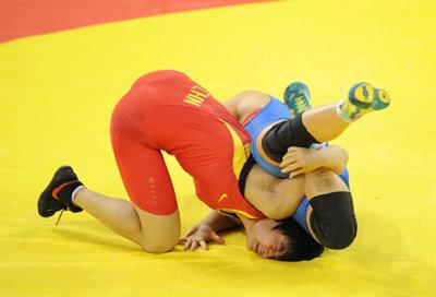 Wang Jiao (red) of China fights against Stanka Zlateva of Bulgaria during the women's freestyle 72 kg gold medal match of Beijing 2008 Olympic Games Wrestling event in Beijing, China, Aug. 17, 2008. Wang Jiao beat Stanka Zlateva and grabbed the gold. (Xinhua Photo)