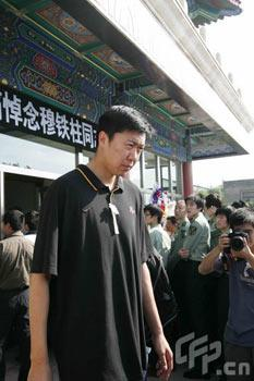 Chinese basketball player Wang Zhizhi attends the funeral for legendary basketball player Mu Tiezhu at the Babaoshan Cemetery in Beijing on Thursday, September 18, 2008. [Photo: cfp.cn]