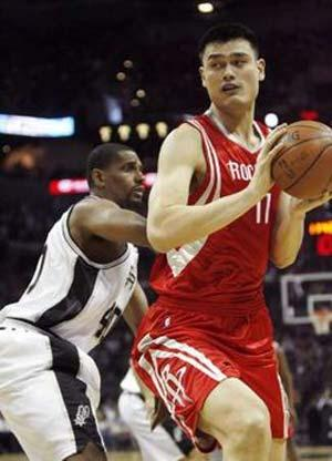 Houston Rockets' Yao Ming (R) goes to the basket past San Antonio Spurs' Kurt Thomas during the first half of their NBA basketball game in San Antonio, Texas March 22, 2009. REUTERS/Joe Mitchell (UNITED STATES SPORT BASKETBALL)