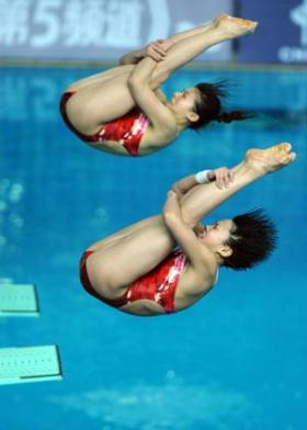 China's Wang Han and He Zi compete during the women's 3m synchro springboard final at the second leg of four-stop FINA Diving World Series in Changzhou, east China's Jiangsu Province, on March 27, 2009. Wang Han and He Zi claimed the title of the event with a score of 331.20 points. (Xinhua/Yang Lei)
