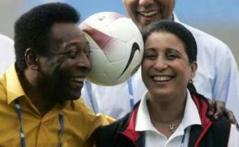 Brazilian soccer legend Pele (L) plays with International Olympic Committee (IOC) member Nawal El Moutawakel during an inspection visit at Maracana Stadium in Rio de Janeiro May 1, 2009. Rio de Janeiro is competing with Chicago, Tokyo and Madrid to host the 2016 Olympic and Paralympic Games.REUTERS/Bruno Domingos