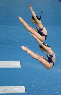 China's Guo Jingjing (top) and Wu Minxia dive during the women's three-metre synchronised springboard final at the Good Luck Beijing FINA Diving World Cup being held at the National Aquatics Centre in Beijing February 24, 2008.  (Xinhua/Reuters Photo)
