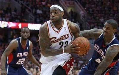 Cleveland&nbsp;Cavaliers&nbsp;LeBron&nbsp;James&nbsp;(C)&nbsp;drives&nbsp;to&nbsp;the&nbsp;basket&nbsp;against&nbsp;Atlanta&nbsp;Hawks&nbsp;Ronald&nbsp;Murray&nbsp;(L)&nbsp;and&nbsp;Acie&nbsp;Law&nbsp;during&nbsp;the&nbsp;second&nbsp;half&nbsp;of&nbsp;Game&nbsp;1&nbsp;of&nbsp;their&nbsp;NBA&nbsp;Eastern&nbsp;Conference&nbsp;semifinal&nbsp;playoff&nbsp;basketball&nbsp;series&nbsp;in&nbsp;Cleveland,&nbsp;Ohio&nbsp;May&nbsp;5,&nbsp;2009.&nbsp;REUTERS/Aaron&nbsp;Josefczyk