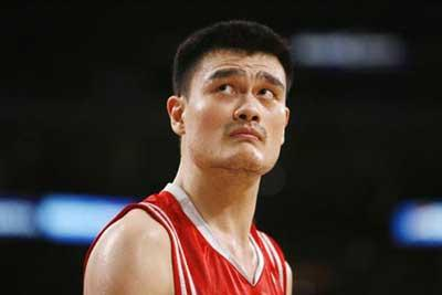 Houston Rockets' Yao looks up against the Los Angeles Lakers during the second half of an NBA basketball game in Los Angeles. (Xinhua/Reuters Photo)