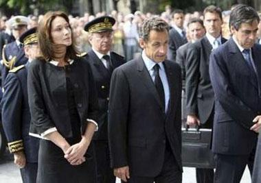 France'sPresidentNicolasSarkozy(C),hiswifeCarlaBruni-Sarkozy(L)andPrimeMinisterFrancoisFillon(R)arriveattheNotre-DameCathedralinParisforanecumenicalchurchserviceJune3,2009forrelativesandfamiliesofthepassengersofAirFrance'sflight447thatvanishedMondayovertheAtlanticOcean.REUTERS/BobEdme/Pool