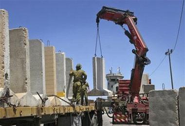 IsraelitroopsremovetheAtaracheckpointneartheWestBankcityofRamallah,Wednesday,June3,2009.(APPhoto/MajdiMohammed)