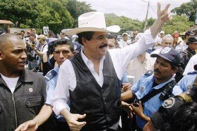 Ousted�Honduras�President�Manuel�Zelaya�gestures�during�his�arrival�at�the�border�of�Nicaragua�and�Honduras�in�an�attempt�to�return�to�Honduras�July�24,�2009.