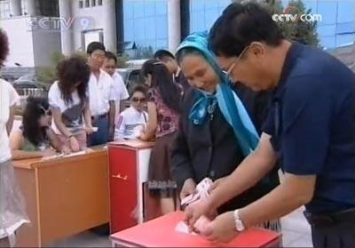 In Xinjiang, people of all ethnic groups are donating to the Ethnicity Mutual-Help Fund to show their concern for the victims of the July 5th riot and their anger toward separatists.
