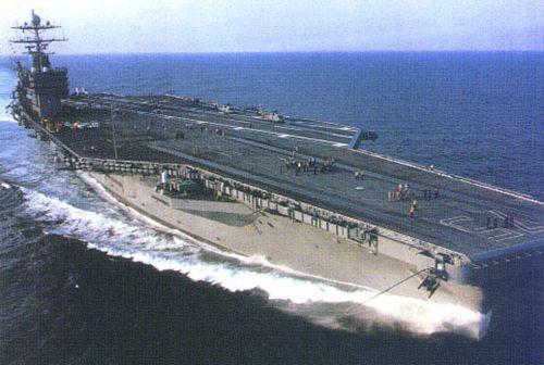 航空母舰就像是一个带飞机场的城市,大型的航空母舰长度可达330