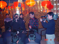 大姜堆成墙,<br>我采访姜王。<br>天气有点冷,<br>话题耐思量。