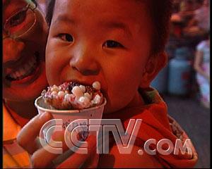 韦勇/卖小吃玩起了饥饿法(2005.6.23)央视国际(2005年06月24日...