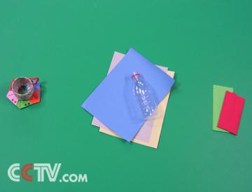 杯垫就做好了     4,把皱纹纸编成小辫,缠在塑料瓶上,如果家里有塑料