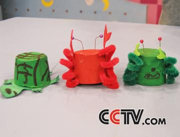2,用红色的海绵纸剪出螃蟹鳌的形状,然后固定在暖水瓶塞上.