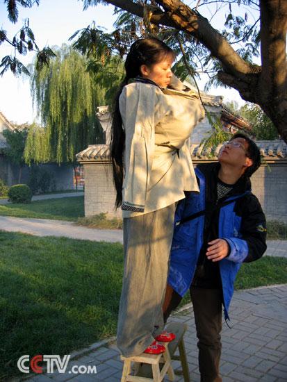 猎奇社区带口球图片_怎么把演员吊到树上图片