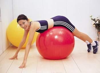 肥妹人体浑圆_值得一提的是球操还具有按摩作用,当人体与球接触时,健身球就会