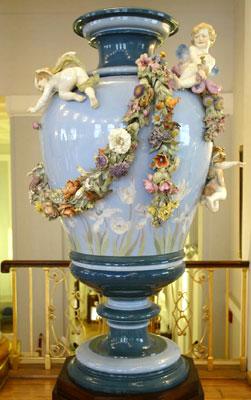这是4月24日拍摄的德国梅森瓷器博物馆收藏的一尊花瓶.