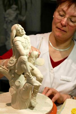 4月24日,在德国梅森瓷器博物馆内,一位技师为观众表演陶瓷胚胎制作.