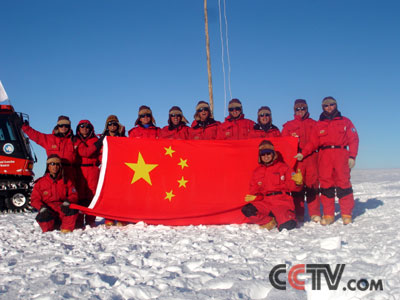 在南极冰盖最高点升起五星红旗