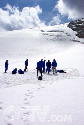 2004年8月探险队员在新疆乔尔玛51号冰川训练.