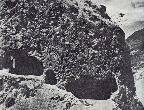 毛泽东同志指挥红军巧渡金沙江时住过的岩洞。