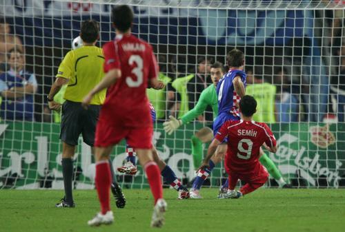 欧洲杯1/4决赛:土耳其队神奇入球扳平比分