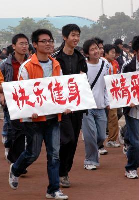2007年4月29日,四川建筑职业技术学院的学生们参加在德阳