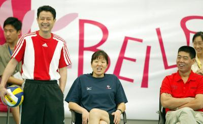 中国女排先后在浙江省北仑体艺中心进行赛前训练,备战24日开