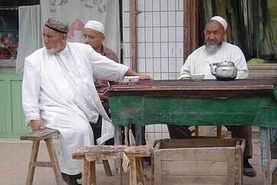 新疆维族女人人体艺术_喀什街头悠闲的维族人