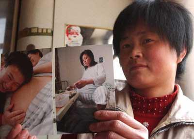 王翠英展示自己怀五胞胎时的照片