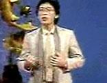 1984年张明敏演唱《我的中国心》时,手抚围巾的动作成为当年的经典